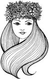 Schönheit mit dem Kranz voll von den Blumen, von den Früchten und von den Beeren und mit dem gewellten langen Haar lizenzfreie stockfotografie