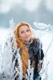 Schönheit mit dem langen roten Haar auf einem schneebedeckten Kuh-Pastinak Lizenzfreie Stockfotos