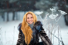 Schönheit mit dem langen roten Haar auf einem schneebedeckten Kuh-Pastinak Lizenzfreie Stockbilder