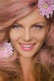 Schönheit mit dem rosa Haar und den Blumen Stockbilder
