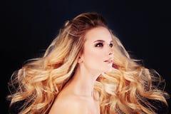 Schönheit mit dem windigen Haar Blonde gelockte Frisur Lizenzfreie Stockfotografie