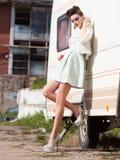 Schönheit mit den langen Beinen in der weißen Kleider-, Pelz- und Absatzaufstellung im Freien Lizenzfreie Stockfotos