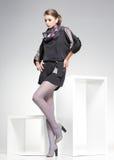Schönheit mit den langen sexy Beinen kleidete die elegante Aufstellung im Studio Lizenzfreie Stockfotografie