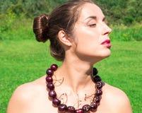 Schönheit mit den Perlen gemacht von der frischen Kirsche Lizenzfreie Stockfotografie