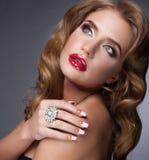 Schönheit mit den roten Lippen Stockfoto