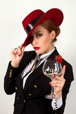 Schönheit mit den roten Lippen, rotem Hut und Glas Lizenzfreies Stockbild