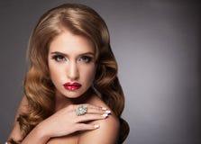 Schönheit mit den roten Lippen und eleganter Frisur Lizenzfreies Stockfoto