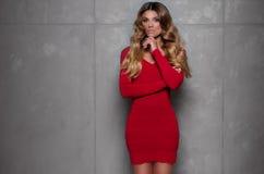 Schönheit mit den roten Lippen und tragendem Kleid des gelockten Haares Lizenzfreies Stockbild