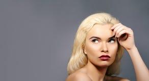 Schönheit mit den Schellfisch-roten Lippen, dem blonden Haar Fink über neue Idee und dem Betrachten etwas Sexy Retro- Art Pin-Obe lizenzfreie stockfotografie