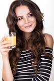 Schönheit mit der gesunden Haut, Haarlocken und Orangensaft, werfend im Studio auf Schönes lächelndes Mädchen Lizenzfreies Stockfoto