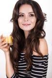 Schönheit mit der gesunden Haut, Haarlocken und Orangensaft, werfend im Studio auf Schönes lächelndes Mädchen Lizenzfreie Stockbilder