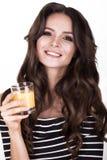 Schönheit mit der gesunden Haut, Haarlocken und Orangensaft, werfend im Studio auf Schönes lächelndes Mädchen Lizenzfreies Stockbild