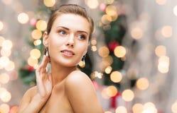 Schönheit mit Diamantohrringen und -armband lizenzfreie stockbilder