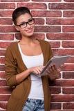 Schönheit mit digitaler Tablette lizenzfreies stockfoto