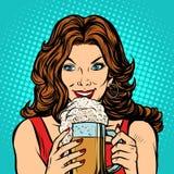 Schönheit mit einem Becher Bier lizenzfreie abbildung