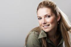 Schönheit mit einem freundlichen Lächeln Stockfotografie