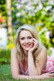 Schönheit mit einem glücklichen Lächeln im Garten Stockfotos
