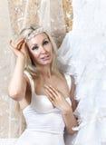 Schönheit mit einem Hochzeitskleid befestigen lizenzfreie stockfotos