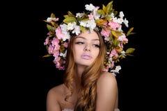 Schönheit mit einem Kranz von Blumen Stockfoto