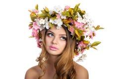 Schönheit mit einem Kranz von Blumen Lizenzfreie Stockfotos
