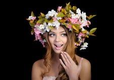 Schönheit mit einem Kranz von Blumen Lizenzfreie Stockfotografie