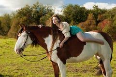 Schönheit mit einem Pferd auf dem Gebiet Mädchen an Lizenzfreie Stockbilder