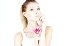 Schönheit mit einem stolzen Blick Frau mit sauberer und glatter Haut Frau mit rosafarbener Blume moisturize Stockbilder