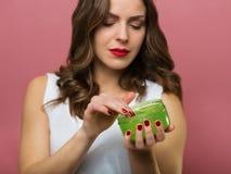 Schönheit mit einer Aloevera-Gelflasche lizenzfreie stockbilder