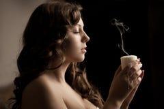 Schönheit mit einer Kerze lizenzfreie stockfotos