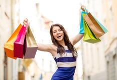 Schönheit mit Einkaufstaschen im ctiy stockbild