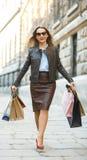 Schönheit mit Einkaufstaschen im ctiy stockfotos