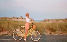 Schönheit mit Fahrrad auf dem Strand Lizenzfreies Stockbild