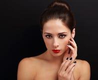 Schönheit mit Frisur, den roten hellen Lippen und den schwarzen Nägeln Stockfotos