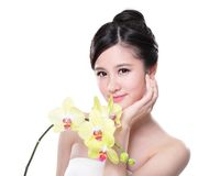 Schönheit mit gelben Orchideen Stockfoto