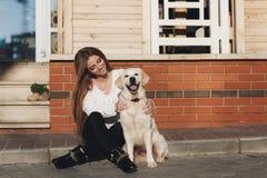 Schönheit mit geliebtem Hund draußen Lizenzfreie Stockbilder