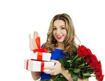 Schönheit mit Geschenkboxen und Blumenstrauß von roten Rosen Stockbilder