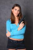 Schönheit mit Gewehr Stockfoto