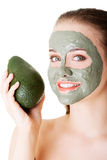 Schönheit mit grüner Avocadolehm-Gesichtsbehandlungsmaske Stockbilder