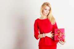 Schönheit mit großem rotem Geschenk Stockfotografie