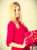 Schönheit mit großem rotem Geschenk Stockbilder