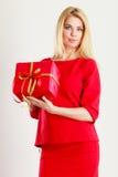 Schönheit mit großem rotem Geschenk Lizenzfreie Stockfotografie