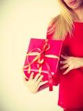 Schönheit mit großem rotem Geschenk Stockbild