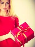 Schönheit mit großem rotem Geschenk Stockfoto