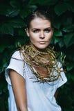 Schönheit mit Halskette auf Natur Stockfotos