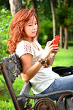 Schönheit mit Handy Lizenzfreie Stockfotografie