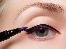 Schönheit mit hellem bilden Auge mit sexy blauem Zwischenlagenmake-up Modepfeilform Schickes Abendmake-up Make-upschönheitsesprit Lizenzfreie Stockbilder