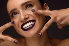 Schönheit mit Mode-Make-up, dunkle Lippen, stilvolle Nägel stockfotos