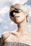 Schönheit mit moderner Sonnenbrille Stockfotografie