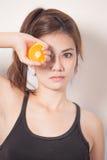 Schönheit mit orange Scheibe Lizenzfreie Stockfotografie
