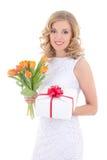 Schönheit mit orange Tulpen und Geschenk lokalisiert auf Weiß Lizenzfreies Stockfoto